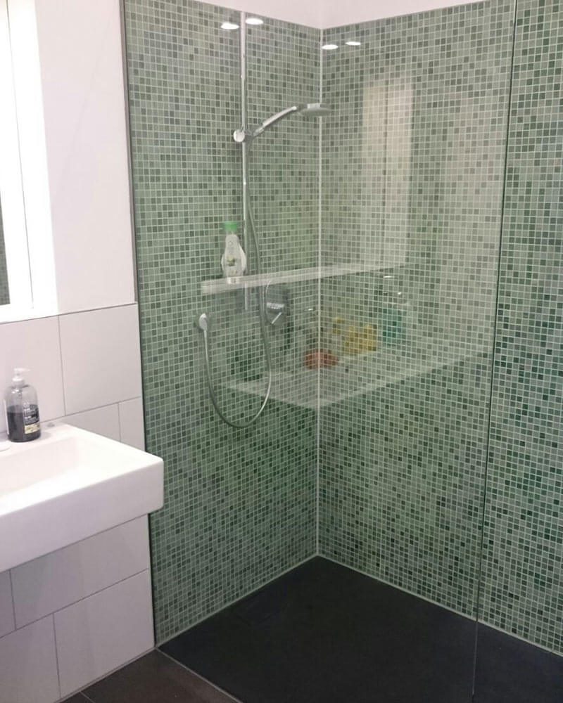 offene Glasdusche mit grünem Mosaik