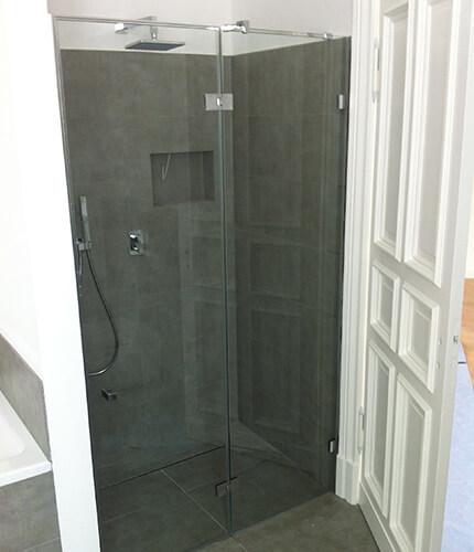 Dusche mit Glastür im Badezimmer