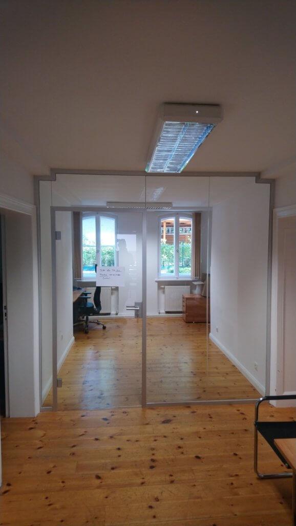 Glastrennwand mit Tür zur Privatbereich im Büro