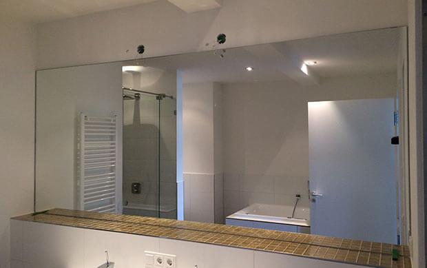 Großflächiger Badezimmerspiegel über Waschbecken