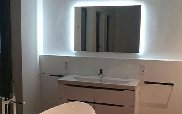 Badezimmerspiegel mit Hintergrundbeleuchtung