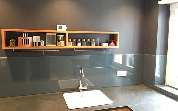 Küche mit Spritzschutzglas an der Wand