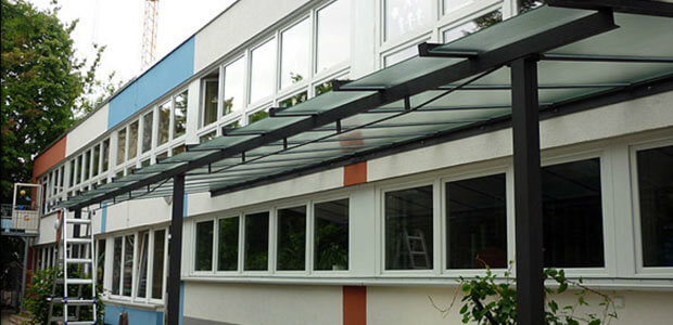 Langes Glasvordach in Berlin
