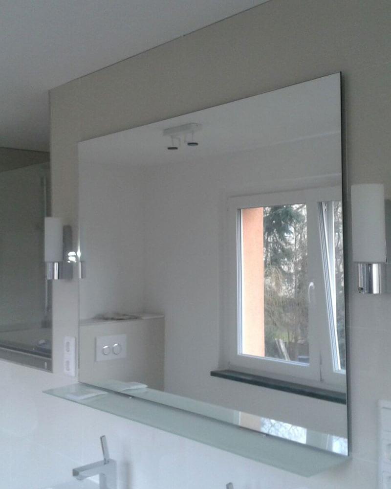 Badezimmerspiegel mit seitlichen Leuchten