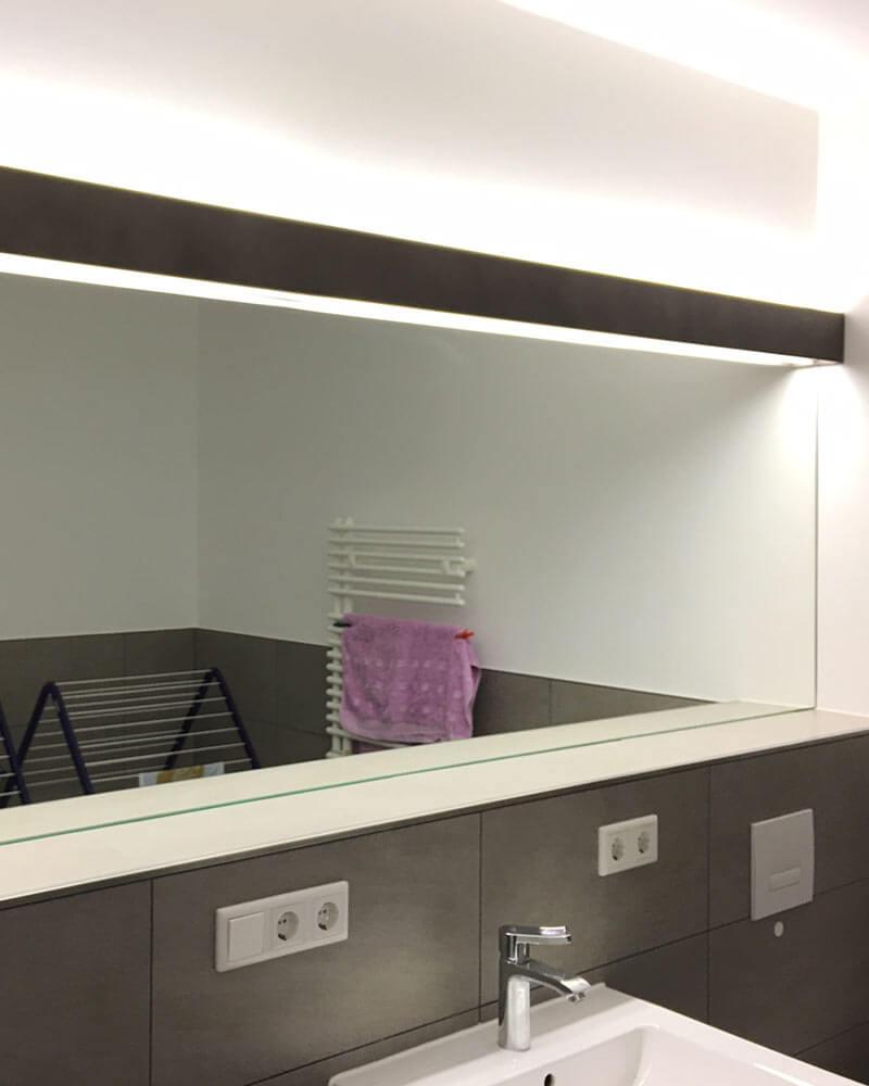 Großer, langer Spiegel im Badezimmer