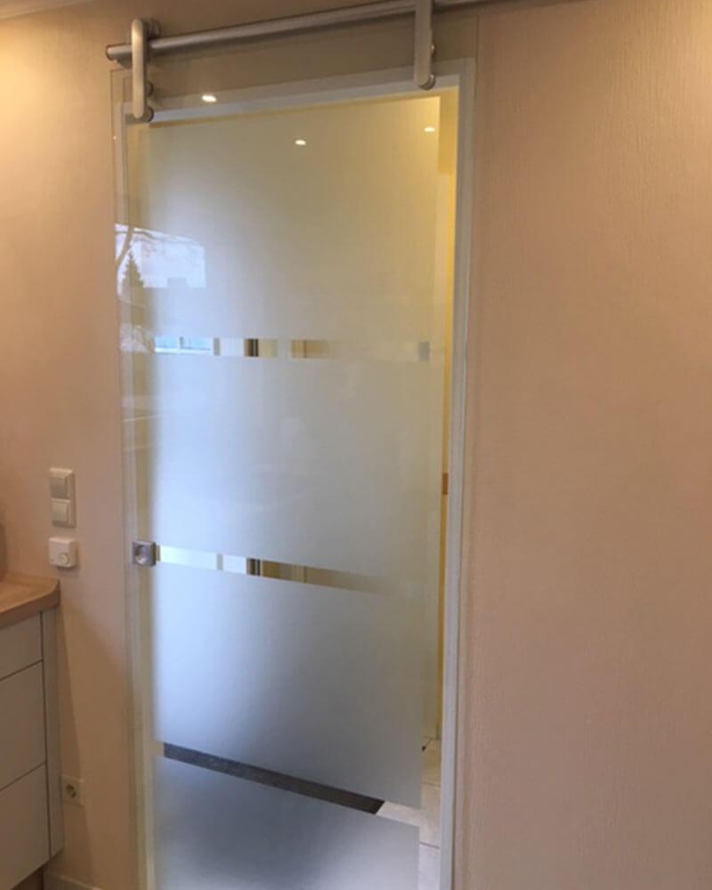 Glasschiebetür mit halbtransparentem Glas im Badezimmer
