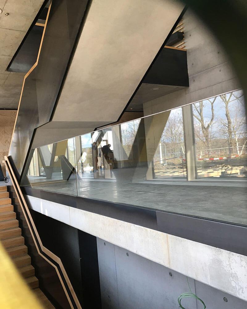 Glasgeländer in einem öffentlichen Gebäude