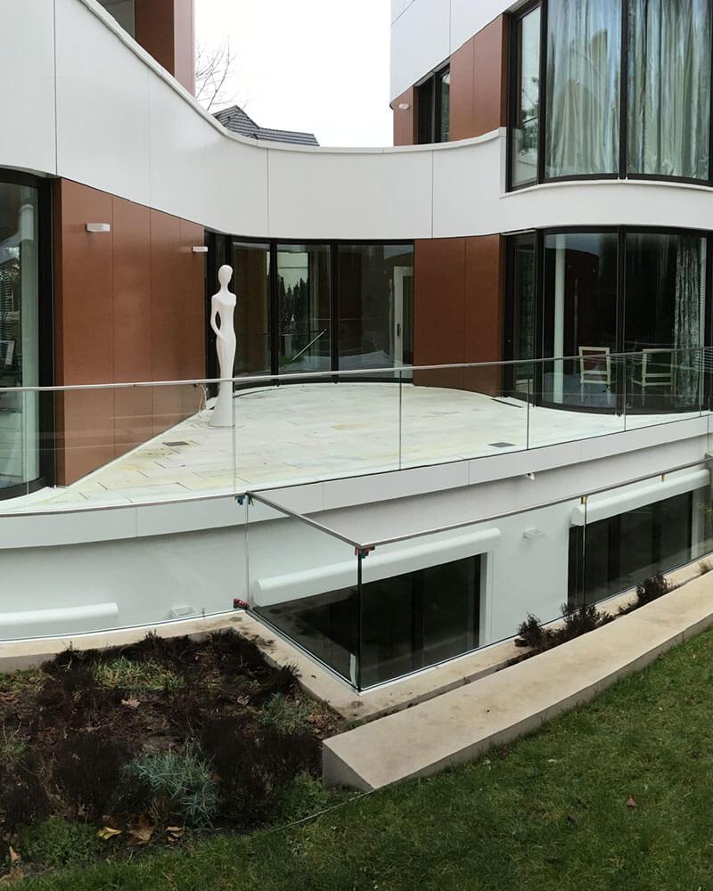 Außengeländer aus Glas an einem Balkon
