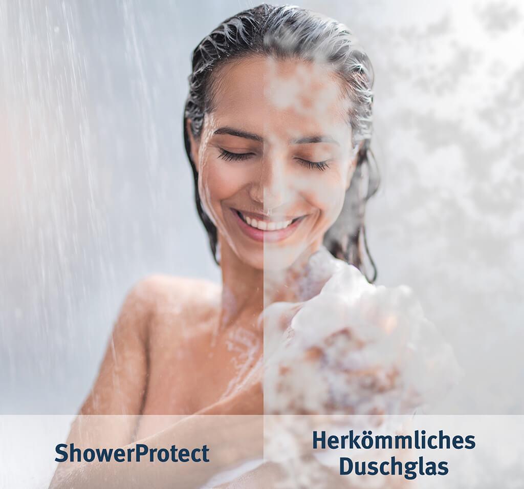 Frau duscht in Glasdusche