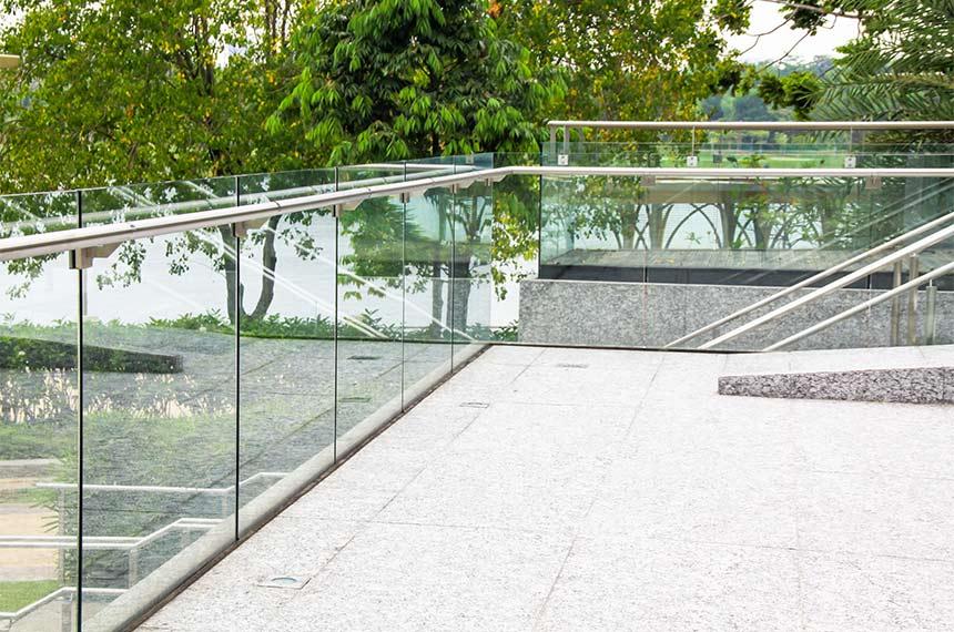 Glasgeländer an Balkon
