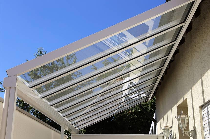 Schräges Glasdach an Terrasse