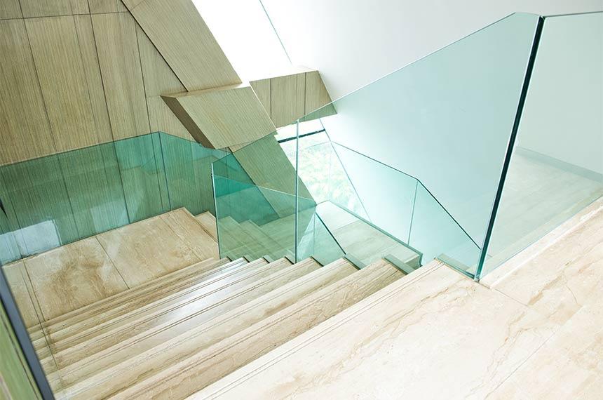 Glasgeländer an moderner Treppe