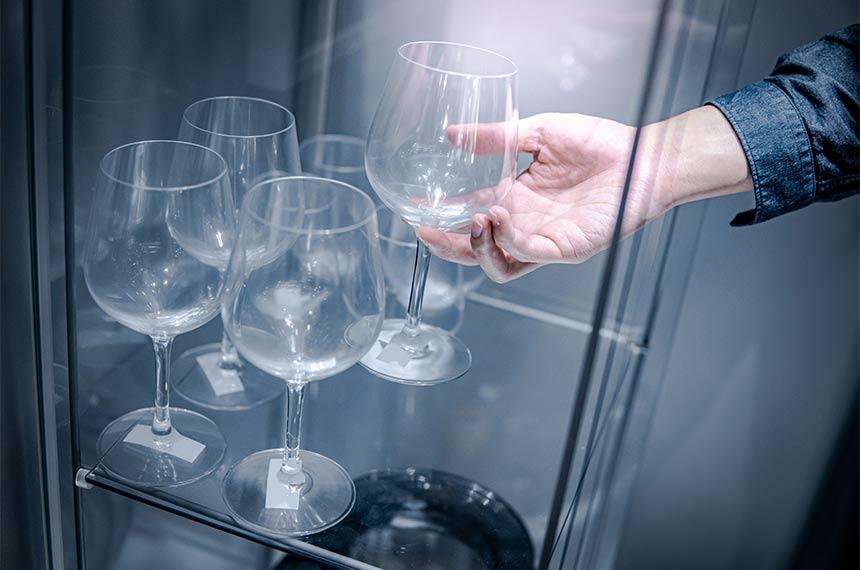 Glasvitrine mit Weingläsern