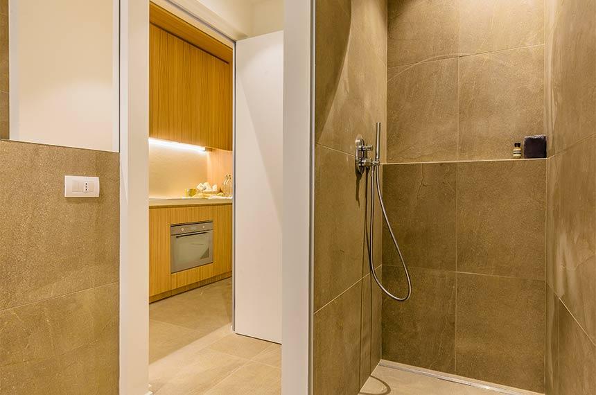 Große offene Dusche im modernen Badezimmer