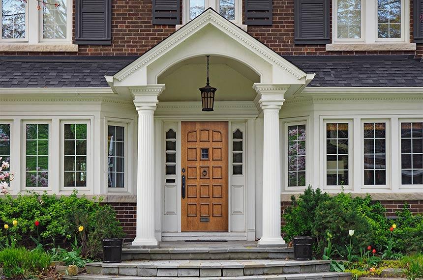 Eleganter Hauseingang mit Holz Vordach
