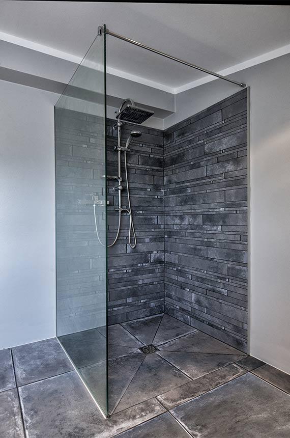 Walk in Dusche mit grauem Stein
